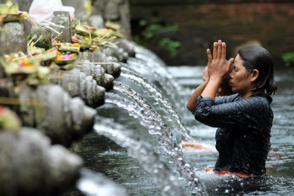 Hindu-ritual-bathing-at-a-religious-bathing-pool-located-within-the-Puru-Tirtha-Empul-Temple_s_Urban_Flavours