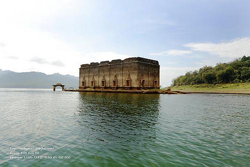 mon-temple-lake-uttama-sangklaburi-thailand-urban-flavours