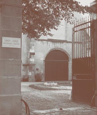 courtyard-lpouis-jadot-darren-gall-burgundy-urban-flavours